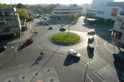 """Drachten, Niederlande. Die ehemalige Kreuzung """" Laveileplein """" ist zum Kreisverkehr umgebaut worden. Hier fahren täglich ca.15000 Autos."""